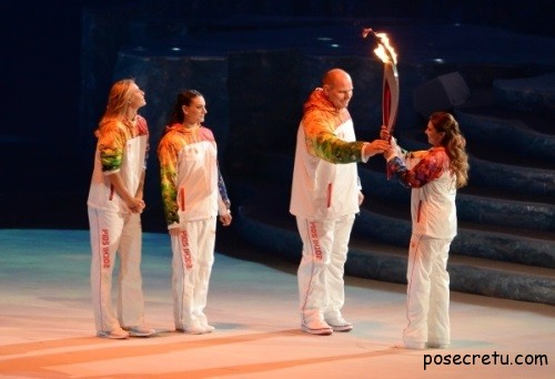 Алина Кабаева несёт олимпийский огонь