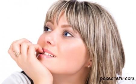 Девушка грызущая ногти