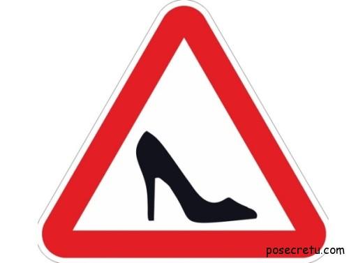 Дорожные знаки в мегаполисе