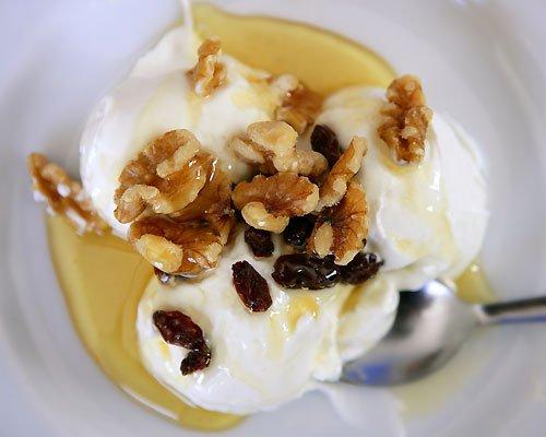 Йогурт с орехами