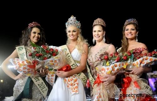 Тереза Файксова и финалистки конкурса Мисс Земля
