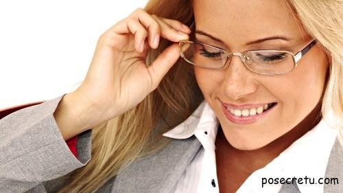 девушка в очках читает