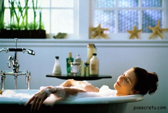 девушка отдыхает в ванной