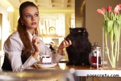 девушка пьёт чай со сладким