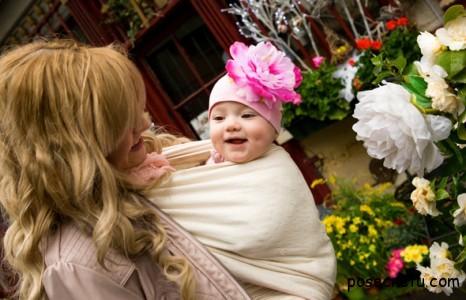 мама с ребёнком в слинге