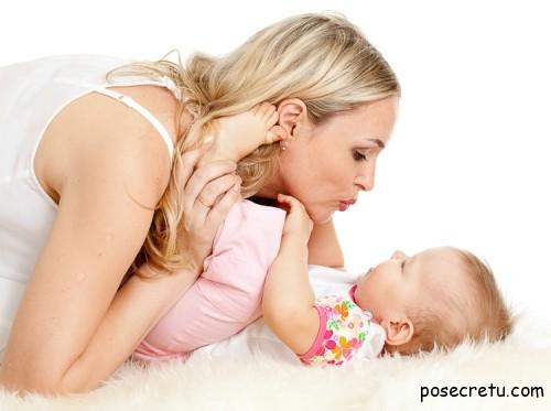 мама с ребёнком целуются