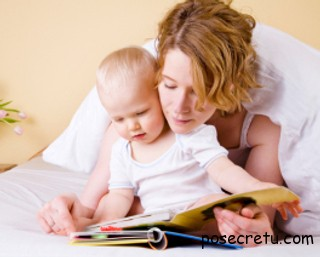 мама читает ребёнку сказку