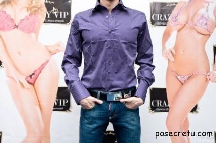 мужчина в фиолетовой рубашке