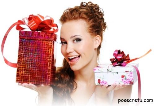 мужчине дарят подарки