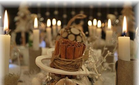Новогодний украшенный стол